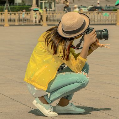 leisure_industry_woman_with_camera